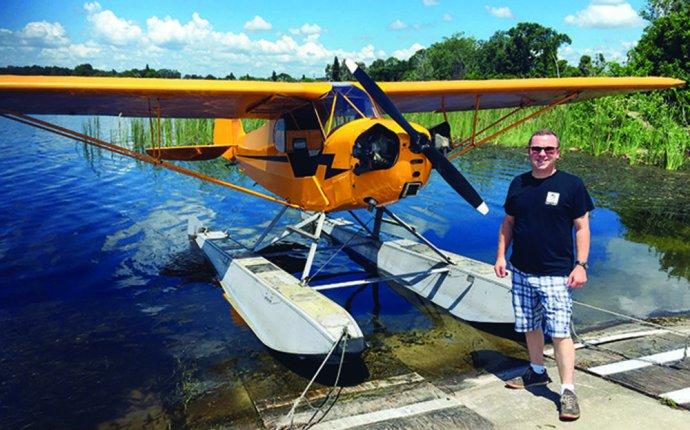 Floatplane Piper Cub J-3